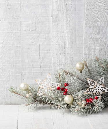 モミ枝白の木の板のクリスマスの装飾。
