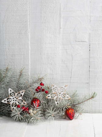 Fir branch with Christmas decorations on the white wooden plank. Imagens - 46189385