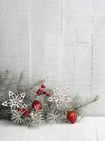 decoracion mesas: Rama de abeto con decoraciones de Navidad en el tabl�n de madera blanca. Foto de archivo