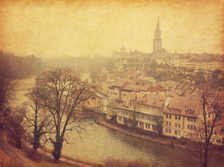 Widok na stare miasto w Bernie i rzekę Aare. Zdjęcie w stylu retro. Dodano teksturę papieru. Stonowany obraz
