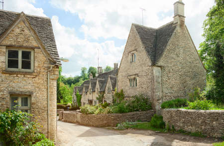 casa de campo: Calle antigua con casas tradicionales en Bibury, Inglaterra, Reino Unido.