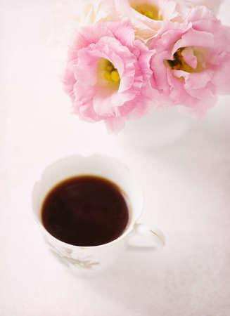 arreglo floral: Todavía vida con la taza de café y flores (Eustoma). enfoque selectivo. Poca profundidad de campo.