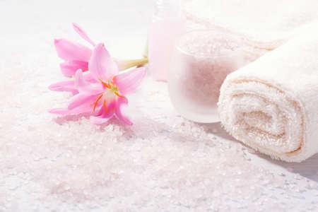 핑크 백합 꽃과 스파 설정입니다. 선택적 초점
