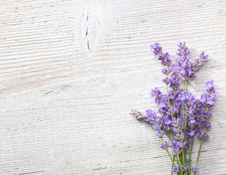 Paar takjes van lavendel op een oude houten achtergrond