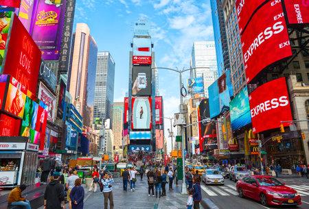 Nowy Jork, Stany Zjednoczone - 2 listopada 2017: Tłumy zbierają się na Times Square w czasie dnia. Turystyczne skrzyżowanie sztuki neonowej i handlu i jest kultowym miejscem Nowego Jorku.