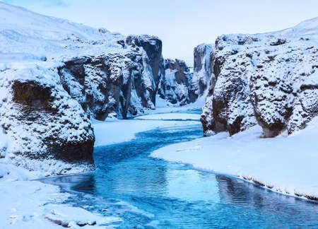 Widok Fjadrargljufur jar i Fjadra rzeka w zimie przy zmierzchem, Iceland
