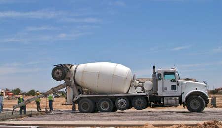 cemento: Concretos con los trabajadores de camiones de verter el hormig�n.