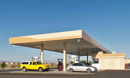 gas station: Coches de llenado de gas en la estaci�n.