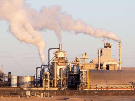 chemical plant: Chemische fabriek met stijgende rook, bij zonsopgang