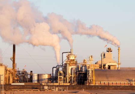chemical plant: Chemical Plant met stijgende rook, bij zonsopgang.