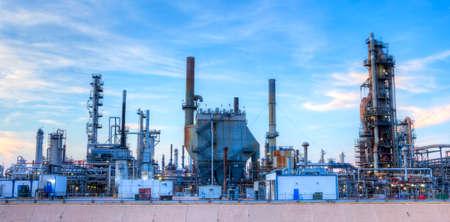 yacimiento petrolero: Refinería en la puesta del sol.