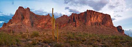 Panorama de las montañas de la superstición en la puesta del sol. Foto de archivo - 81075410