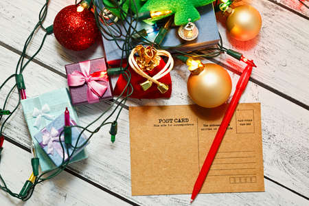 Celebrations preparing concept - signing vintage cards with Christmas and New Year congratulation messages for relatives and friends. Winter time traditional holidays. Top view. Standard-Bild