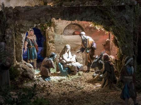 creche: Guarder�a de la Navidad con el hombre de adorar a Dios