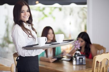 Servire caffè con un sorriso Archivio Fotografico - 18050857