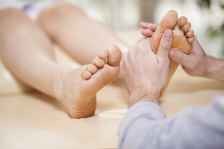 muscle tension: Giving a foot rub at a health and beauty spa Stock Photo