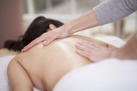 massage oil: Chubby femme obtenant un massage dans un spa sant� et beaut�