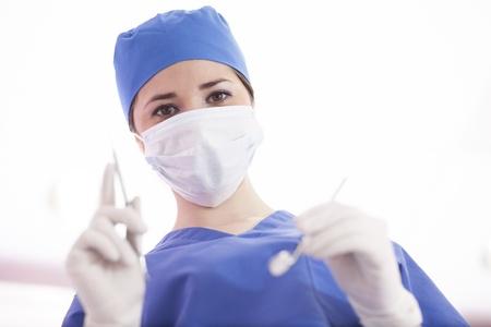 귀여운 여성 치과 의사 환자에서 작동 할 준비가