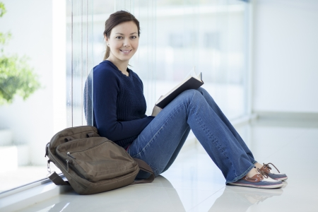 女子短大生の教室で本を読んで