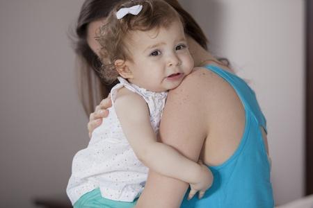 bebe enfermo: Mam� consolando a su beb� Foto de archivo