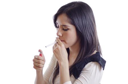 chica fumando: Retrato de una mujer joven y bonita encender un cigarrillo