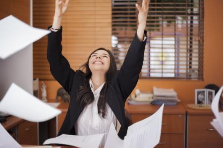 documentos legales: Documentos lanzando felices de la empresaria en el aire, entusiasmados con algo Foto de archivo