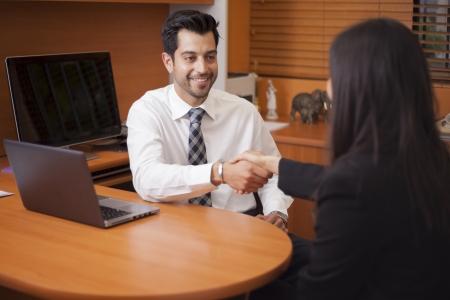 Homme d'affaires latine rencontrer un client dans son bureau Banque d'images