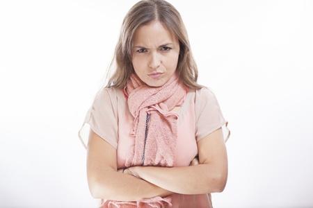 disapproving: Carino giovane donna accigliato e disapprovazione