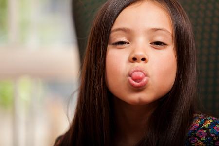 쾌활 한 어린 소녀 재미와 그녀의 혀를 튀어 나와