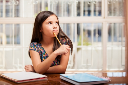 宿題の問題を解決しようとして考えてかわいい女の子 写真素材 - 22763951