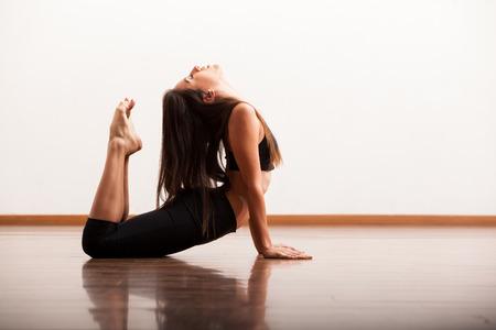 baile latino: Bailarín femenino bonito América ensayando una rutina de baile en un estudio