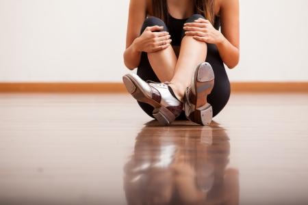 donna che balla: Primo piano del corpo di una ballerina indossa scarpe da tip tap e prendere una pausa in uno studio