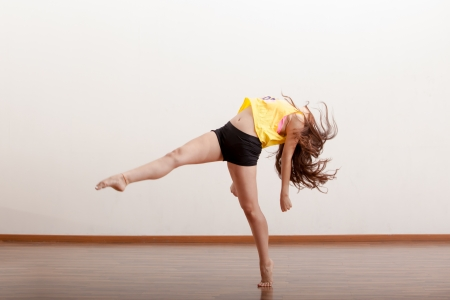 Schöne weibliche Jazz Tänzerin ausführen ein Tanzprogramm in der Tanzfläche