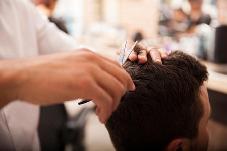 peluquero: Primer plano de un hombre joven que consigue un corte de pelo en una peluquer�a