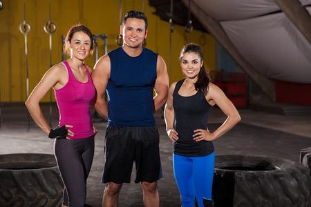 empezar: Retrato de tres instructores crossfit guapos y atl�ticos listos para comenzar el entrenamiento del d�a