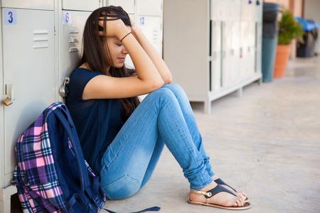 fille pleure: Adolescente stress� par un drame de l'�cole secondaire
