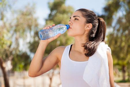 화려한 라틴어 선수 야외 병에서 물을 마시는 스톡 콘텐츠
