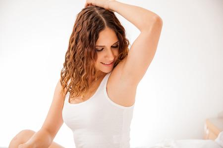 axila: Bastante joven Morena mostrando sus axilas lisas y libres de pelo despu�s de la depilaci�n