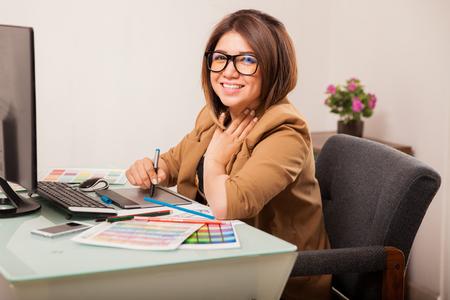 Retrato de una bella diseñador gráfico que disfruta de su trabajo y sonriendo Foto de archivo - 36157471