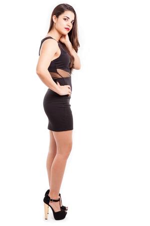 mujer cuerpo completo: Retrato de una mujer latina joven y bonita con un cuerpo sexy vistiendo un vestido negro