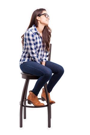 Mooie jonge Hispanic vrouw draagt een bril en kijkt naar de kopie ruimte