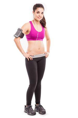 armband: Lunghezza ritratto completo di una giovane donna bella atletica indossa un bracciale smartphone per ascoltare musica Archivio Fotografico