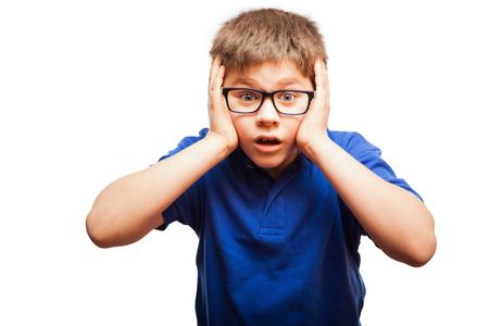 caras de emociones: Tiro del estudio de un peque�o muchacho sorprendido con los ojos y la boca abierta