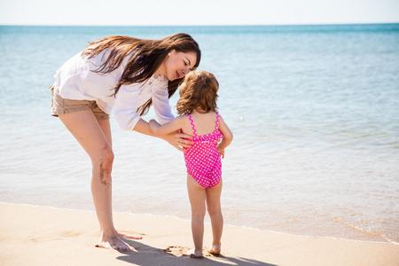 madre soltera: Retrato de una hermosa madre soltera joven y pasar el d�a en la playa con su hija
