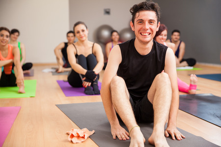 Portret van een jonge Spaanse man die een onderbreking van zijn yogales bij een sportschool Stockfoto