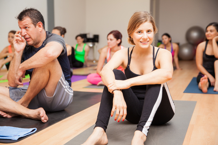 fitness hombres: Retrato de una mujer joven disfrutar de su clase de yoga y sonriente