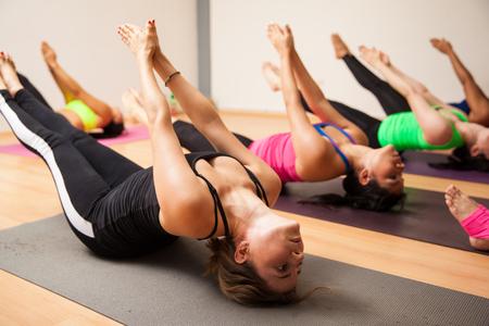 Gruppe der Frauen im Anschluss an ihre Lehrer während einer authentischen Yoga-Kurs