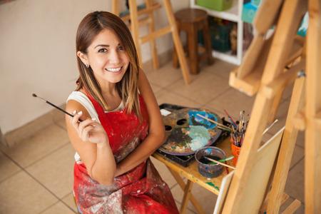 artistas: Retrato de una hermosa mujer joven hispana de tomar un descanso de su trabajo como artista Foto de archivo
