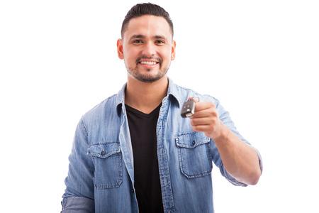 llaves: Retrato de un hombre feliz celebración de las claves para su nuevo coche en un fondo blanco