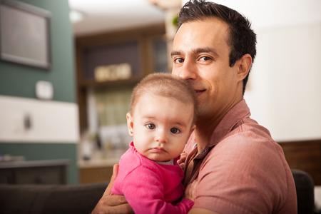 papa: Attractive jeune papa unique de passer quelque temps avec sa petite fille à la maison